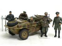 前線偵察チームと合わせてみました。将校は特別参加です。やはり人形のポーズや表情がいいと生き生きとしてきますね。