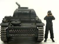 のキット付属の人形の皆さんは半そで半ズボンのアフリカ軍団さんたちですから、一緒に写真に収まることはできません。しかたがないので特別出演でデマーグの戦車兵に登場願いました。こうして人形を横に並べてみると、2号戦車って小さいなって思いますね。この中に乗っていたんじゃ窮屈だったでしょうね。
