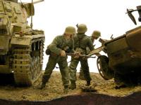3号戦車に守られて、壊れた2号戦車の陰からワサワサと出てくる歩兵たちです。この人たち、元のキットは降下猟兵だったんですよね。