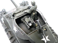 砲塔のアップです。タミヤウエザリングマスターで床のドロ汚れも簡単!砲塔の手すりはT-34の余りの手すりをつないで作りました。