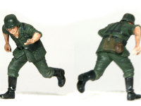走る兵士の一人目です。本当は右手に銃を握っているのですが、手ぶらで走ってもらいました。