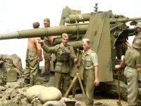 こちらは指揮官二人です。中隊長が2番砲担当の小隊長に指示を出しているところです。