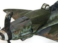 プロペラが接地したときに巻き上げた土が機体に付着しています。大きな堅めの筆に塗料(フラットアース)を付けて指ではじいて飛ばしました。