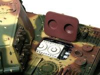 砲塔を旋回させればエンジン点検ハッチを開くことができます。その下のエアクリーナーは未接着ですから、取り外せばキャブレター以下のエンジンを(チラリと)見ることができます。