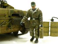 燃料を運ぶ兵士です。ジェリカンの上の握りの真ん中をニッパーで切り取って持たせたあります。後ろのドラム缶はドラム缶セットのものです。