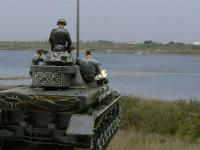 いつものインチキ合成写真です。手頃な川の写真が無いので、近くの木曽川で撮影した写真と合成しました。この川の向こうはソ連軍でいっぱいです(のつもり)。前代未聞の水没渡河作戦を前に緊張する戦車兵たちです。