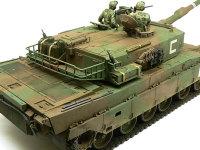 斜め後ろ上から見た90式戦車です。車体にはたくさんの手すりがあるのですが、これを真鍮線や銅線置き換えました。