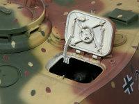 装填手用のハッチです。開閉するのはもちろん、ダンパーのピストンもちゃんと可動します。