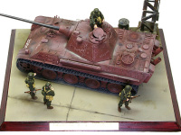 戦場に出ていない戦車のウエザリングは油シミと積もった埃だけです。これが初めての経験でまるでうまくできません。修行が足りませんね。