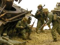 2号戦車の陰で弾を込める兵士です。敵に背を向けるときは遮蔽物にぴったりと身を寄せています。