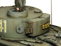 いろいろな荷物を戦車に縛り付けるのがアフリカらしいですよね。飯ごうをぶら下げているチェーンは第1中隊特有の物らしいです。