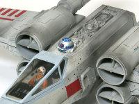 コクピットにはパイロット、その後ろには助手のドロイドが乗っています。エンジンには謎のタミヤマークの一部が付いています。
