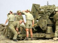 砲の足を固定している兵士たちです。硬い凸凹の地面に砲を平らに設置するのはそれなりに重労働です。