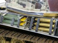 車体横に積載された砲弾です。前(黄色の弾頭に緑色の薬莢)が榴弾で、後ろ(黒の弾頭に金色の薬莢)が徹甲弾です。