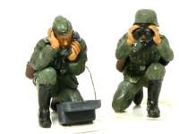 携帯電話をかけているのが三等軍曹。双眼鏡で覗いているのが星ひとつの技術軍曹です。技術軍曹というのはなんなのでしょうか?星の数から言っても二等軍曹と一等軍曹の間の暗いのようです。双眼鏡で偵察なんかするんでしょうかね?よく知りません。(+_+)\バキッ!