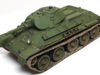 単調になりがちな単色塗装の戦車です。塗装だけでなく、工作のだんかいからバードリルで圧延鋼板の荒れ表現を付けてあります。