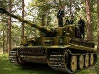 1943年7月、クルスクの大戦車戦を前に緊張するビットマンとクルーたちです。念願のタイガー戦車に乗り、ここから彼の伝説が始まるのです。