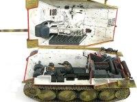 ヘッツァー駆逐戦車の開きです。相当細かいパーツまで入ってインテリアが再現されています。主砲と連動する照準機のカバーや機関銃と連動する潜望鏡なんかのギミックもうまく作れば動作するはずです。私は接着しちゃいました。(^^;)