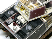 エンジンとラジエターです。ラジエターの横と下には燃料タンクが仕込まれています。