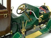 ビアンチ・モデル1907の運転席です。ハンドルを回すとロッドが動かされ、前輪が向きを変えるはずなのですが、引くときは良いのですけど、押すときにロッドがしなってタイヤが向きを変えません(涙)。消火器には赤の指示がなかったのですが、やっぱり消火器は赤でしょ!100年前のことは知りませんが(+_+)\バキッ!