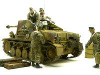 マーダー2に自走砲兵セットを乗せてみました。せまい車内に大きなドラゴンの兵士はこんな形でしか収まりません。実は砲弾を受け取っている兵士は足が床に着いていません。(秘密です)