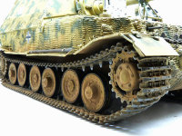 エレファント重駆逐戦車の履帯です。前後の曲線部分はピットマルチで連結。上下の直線部分はあらかじめ板のように接着。この状態で塗装、仕上げを行ってから固定。この作戦がまんまと当たりました。これで向きさえ間違えていなければ(クヨクヨ・・・)