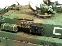 90式戦車の砲塔側面です。スモークディスチャージャーにはチェーンを予備履帯には取り付け金具をそして箱には取り付けようのベルトを付けました。