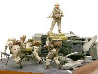 しんがりは誘導弾を背負った兵士です。2発も背負って大変ですが、彼もまた特技兵です。