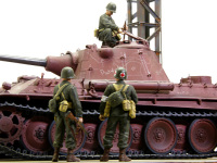 砲塔に登って調査している隊長を見つめる兵士たち。超長砲身の75mm砲や精悍な小型砲塔の迫力に圧倒されています。