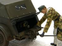エンジン始動具にロッドをさしこんでいる戦車兵です。まもなく準備完了です。