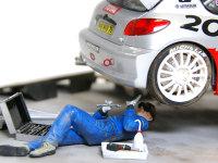 車体の後部でももう一人潜っています。作業中の車は整備前に洗車するんじゃないかと思いまして、タイヤや奥まったところだけを汚してあります。