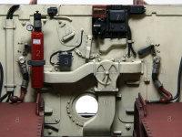 エンジン室との隔壁です。1:自動消火器ヒューズ、2:自動消火器、3:手動燃料ポンプ、4:冷却ファン・コントロール・ハンドル、5:下面ドレンバルブ開閉レバー、6:メイン電源スイッチ、7:発電機電圧調整パネル、8:燃料タンク、9:燃料パイプ、10:換気調整装置、11:燃料ポンプ調整用アクセスハッチ