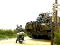三叉路で立ち往生するパンサー戦車。この故障が彼らにとって凶とでるか吉とでるか…