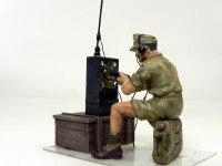 キットに付属の通信兵です。木箱は木目のモールドが無くツルツルだったので、彫刻刀で木目を彫りました。また箱絵を参考に、無線機にコード類とアンテナを取り付けました。