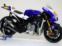 サイドカウルを外せば精巧に作られたエンジンなどのメカが丸見えになります。これがバイクプラモの醍醐味ですよね。