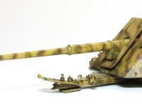 ちょいとよそから砲兵を借りてきました。この砲のサイズや低さがよくわかりますね。