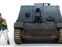 正面から見たところです。ボルト留めの増加装甲が迫力満点です。砲の俯仰に合わせて中央の防盾も上下します。