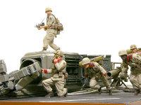 身体を張って部隊のためにモビルスーツの腕に飛び乗った期間樹種が叫びます。「今だ、走れ!」一斉に飛び出す特技兵たち。