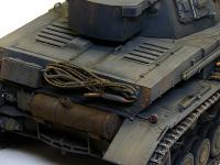 4号戦車F1型の後部です。マフラーはぶつけてへこんだ状態を表現したのですが、ちゃんとマフラーを固定している鉄のベルトも変形させてあります。