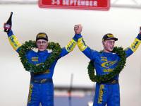 優勝したドライバーのペタ・ソルベルグ(向かって左)とコ・ドライバーのフィル・ミルズ(向かって右)です。ほとんど選択肢のないヘッド(5種)から雰囲気の似たものを選びました。月桂樹の輪っかはカラーモールです。