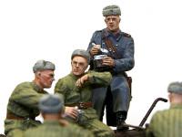 コートを着た隊長です。星二つの肩章、拳銃やマップケースからして将校なんでしょうね。一人だけウール(タブン)のコートを着ています。
