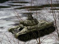 いつものインチキ合成写真です。雪原を進むT-34/76戦車ですが・・・これってひょっとして氷の上かも知れません。気にしない、気にしない。今回は、戦車の手前にも木を配置してみました。結構面倒な作業でした。こんなことに時間をかけているくらいなら、もう少しプラモに手を入れればいいのに(+_+)\バキッ!