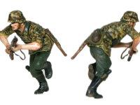 迷彩ポンチョを着て突撃する兵士です。こちらは両手で銃を握りしめ、上目遣いに前を見ています。勇ましい表情がいいですね。