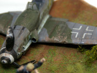 不時着したメッサーシュミットは、接地したプロペラの巻き上げたドロで激しく汚れています。