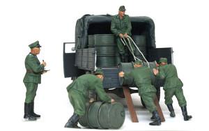 ドラム缶を積むドイツ兵 1/35 ミニアート