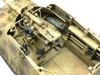 自走砲ナスホルンの戦闘室です。余剰パーツのストックからMG機関銃の弾丸箱を持ってきて乗せてみました。もちろんMG機関銃も着色した紙に巻いて置いてみました。