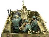 真後ろから見たナスホルンとクルーたちです。ドイツ軍の守護神88mm砲を擁しているとはいえ、この薄いシールドしかない自走砲です。とにかく先手必勝で臨みます。