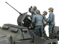 横から見た戦闘中の2cm対空砲兵です。