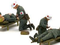"""こちらもドラゴンが提供したフィギュアです。担架に乗せられた負傷兵を衛生兵が手当しています。負傷兵の上着のすそは丸見えなので、ちゃんと彫り込んでおきました。"""""""