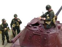 新型戦車の砲塔を調査する隊長。見て何が判るわけでもないかもしれませんが、人の家の戸棚をついつい開けてみたくなるのは人情ですよね(?)